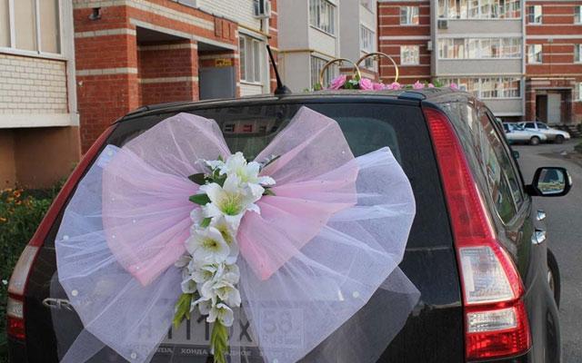 Украшение свадебных машин бантами, цветами и наклейками своими руками