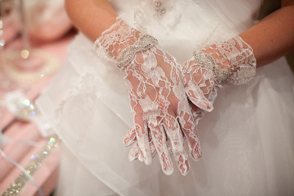 antique-off-white-wedding-gloves Свадебные перчатки для невесты, какие выбрать?