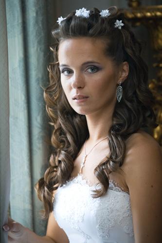 cvetnie-sekreti-kak-podobrat-svadebnyyu-prichesky-k-ottenky-volos-1 Какую свадебную прическу выбрать для брюнетки?