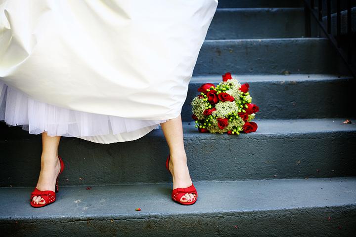 Яркая свадебная обувь невесты