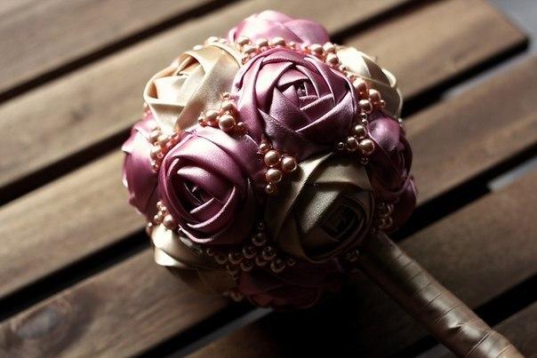 Rozy-iz-atlasnoj-lenty-01 Свадебные мастер классы, нюансы и особенности создания полезных элементов для декора своей свадьбы