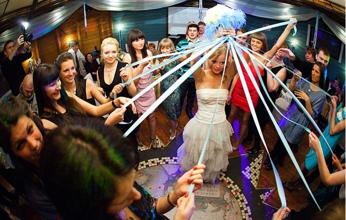 Как интересно бросить букет невесты