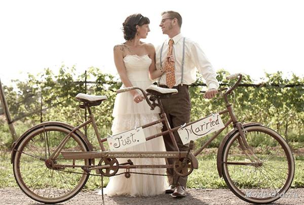 large_couple-shot-with-bicycle-built-for-two-and-just-married-sign Как можно использовать велосипеды в декоре свадьбы?