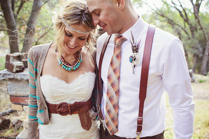 molodozheny-hippi-svadba-foto-1 Свадьба в стиле хиппи: соприкосновение  с природой и свобода в декоре свадьбы