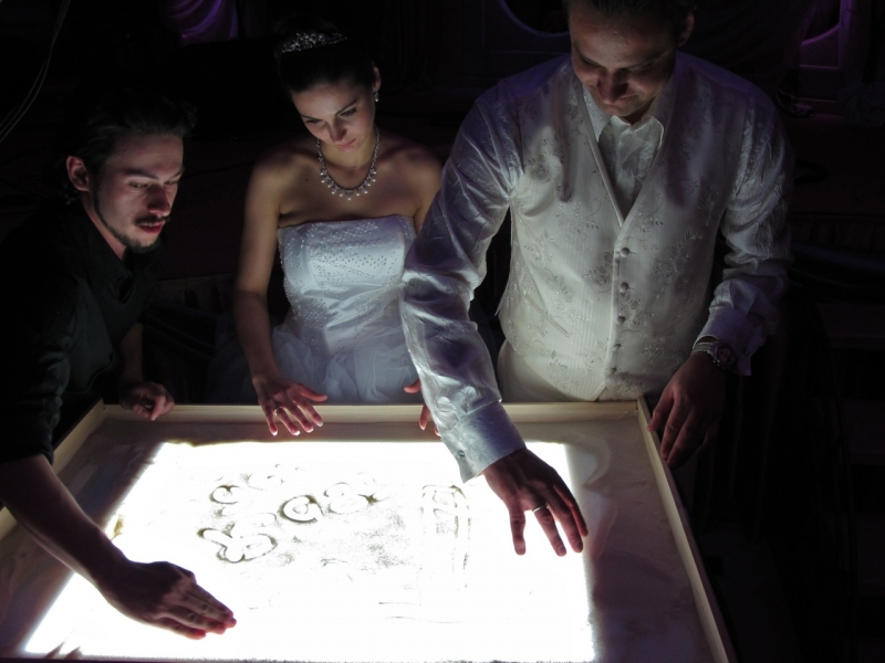 risovanie-peskom-na-svadbe-4 Какие мелочи пригодятся для развлечения гостей на свадьбе