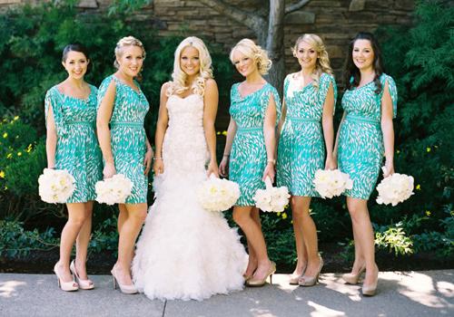 Подружки невесты в одинаковой одежде. Плюсы и минусы.
