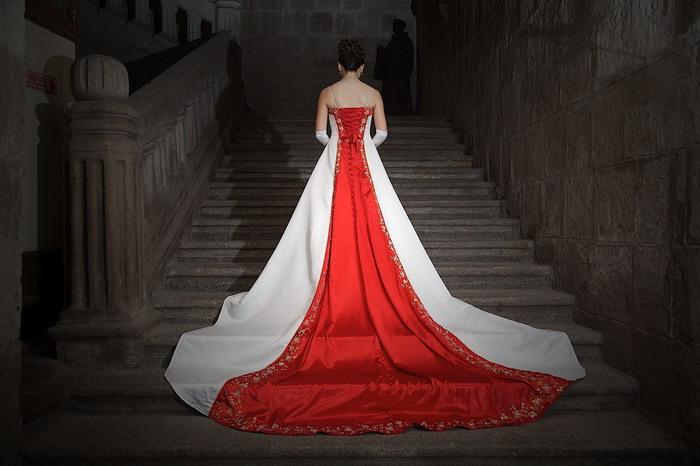 svadebnoe-plate-s-krasnym-shlejfom Яркая и страстная свадьба в красном цвете