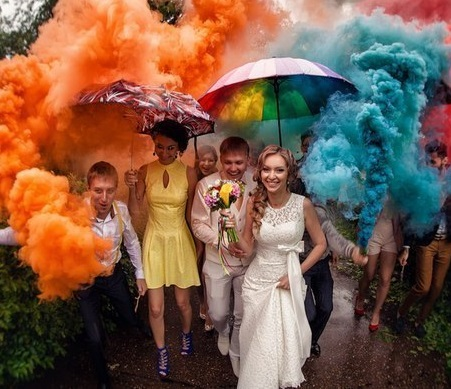 tsvetnoj-dym-dlya-svadebnoj-fotosessii-2 Цветной дым - оригинальное решение для свадебной фотосессии