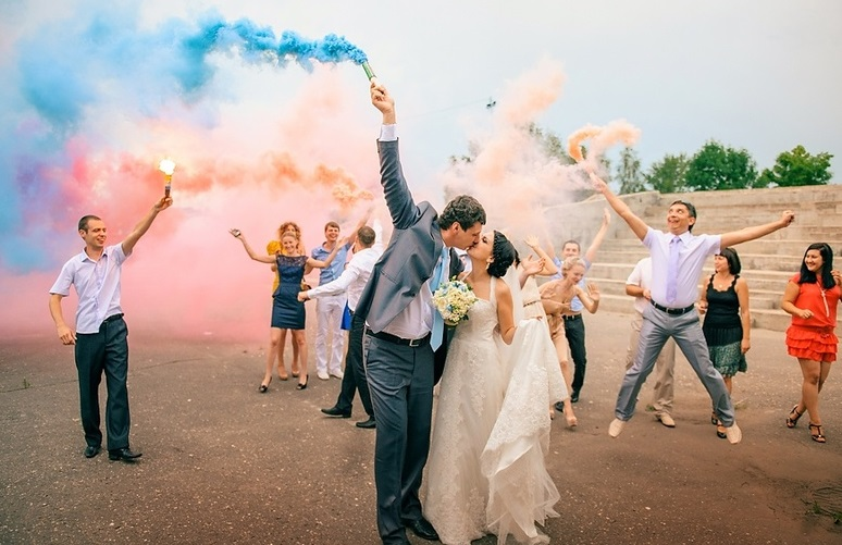 tsvetnoj-dym-dlya-svadebnoj-fotosessii-4 Цветной дым - оригинальное решение для свадебной фотосессии
