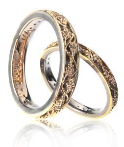 Символы венчания: свечи, кольца, ручник и венцы.