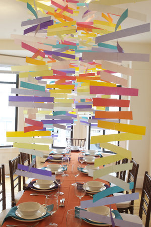 bumazhnaya-raduga-dlya-svadby-1 Мастер класс: бумажная гирлянда под потолок на свадьбу