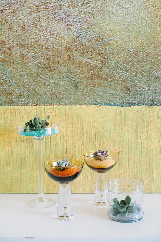 dekor-dlya-svadby-pesok-i-sukkulenty-3 Мастер класс: декор для свадьбы из суккулентов и песка, интересная замена привычных цветочных композиций