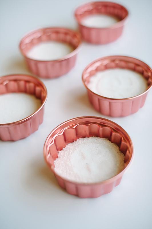 dekor-dlya-svadby-pesok-i-sukkulenty-4 Мастер класс: декор для свадьбы из суккулентов и песка, интересная замена привычных цветочных композиций