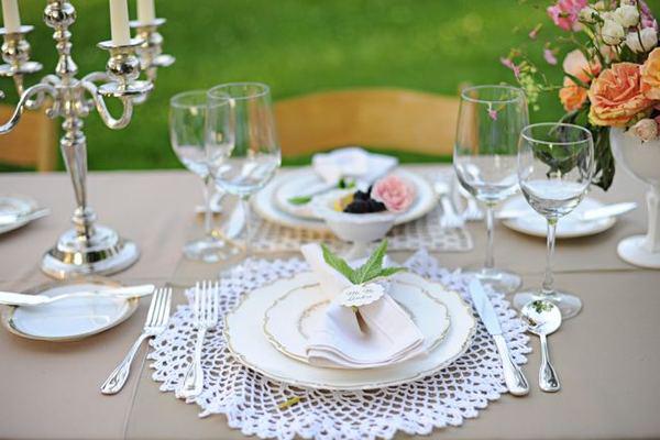 lace-doily-decoration-centerpiece Правила сервировки свадебного стола