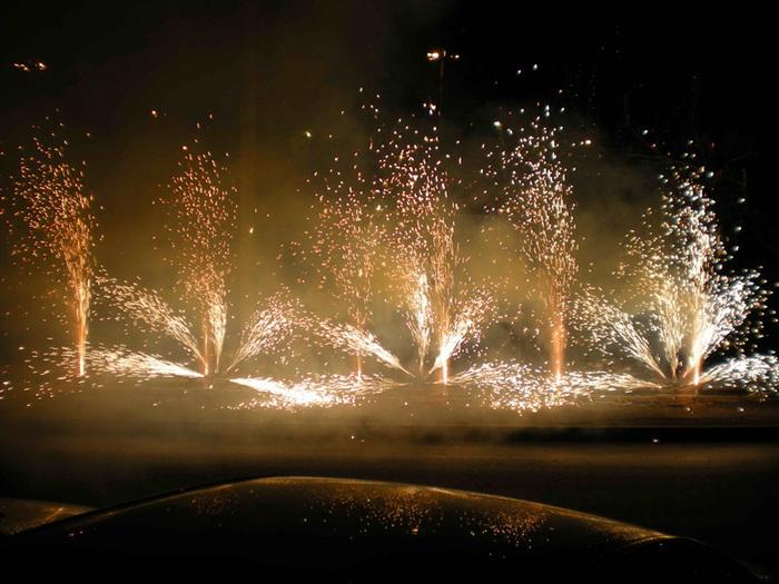 Фейерверки на свадьбу – какие бывают и понравятся ли они гостям?