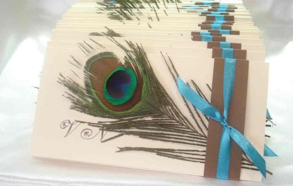 "pavlinie-pero-na-svadebnom-priglashenii-1024x650 Свадьба в стиле ""павлиньи краски"": аккуратно украшаем павлиньими перьями"