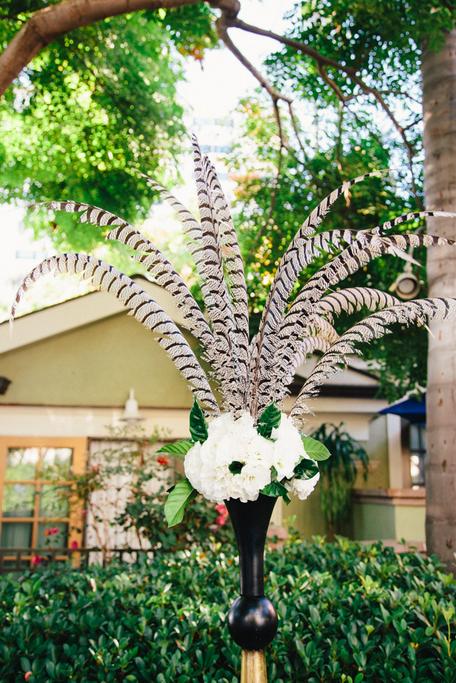 10 идей как использовать перья в декоре свадьбы