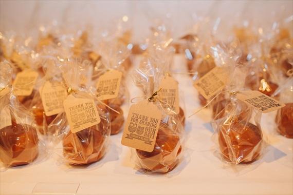 podarki-dlya-gostej-veselye-sovy Милая свадьба в стиле веселых совят: яркие цветы и маленькие совушки!
