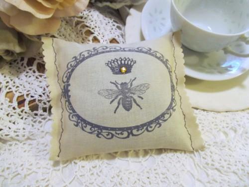podushechka-dlya-kolets-pchelki Веселая свадьба в стиле пчелок