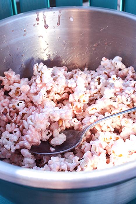 rozovyj-popkor-dlya-kendi-bara-2 Мастер класс: розовый сладкий попкорн для Кенди Бара