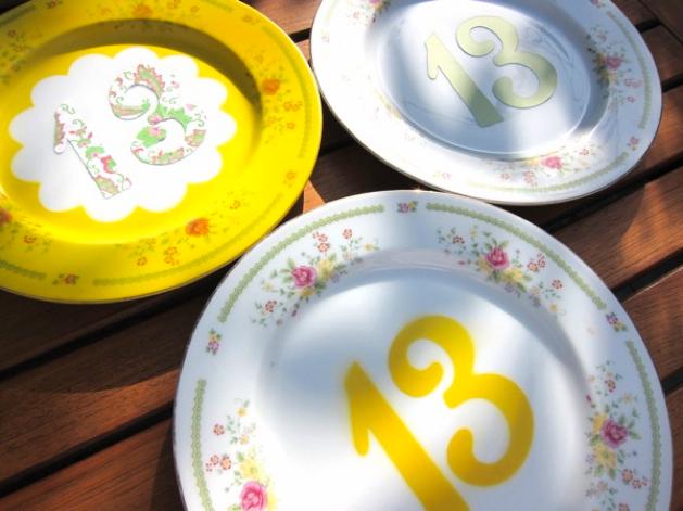 Мастер класс: таблички для рассадки гостей из обычных тарелок