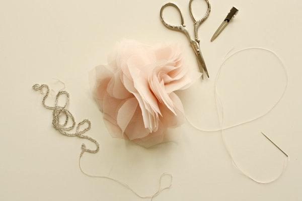 tkanevyj-tsvetok-dlya-svadebnogo-dekora-3 Мастер класс: тканевый цветок для декора свадьбы