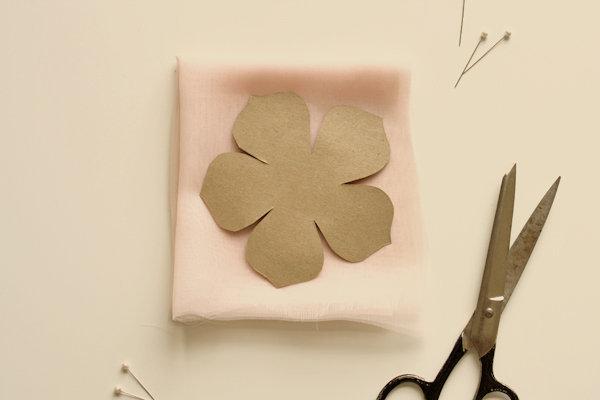 tkanevyj-tsvetok-dlya-svadebnogo-dekora-5 Мастер класс: тканевый цветок для декора свадьбы