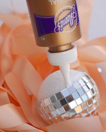 zerkalnyj-shar-dlya-dekora-svadebnyh-podarkov-6 Мастер класс: зеркальный шар для  свадьбы своими руками.