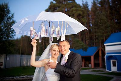 zontik-s-dengami-na-svadbu Как необычно подарить деньги на свадьбу: красиво и ориганально дарим деньги молодоженам