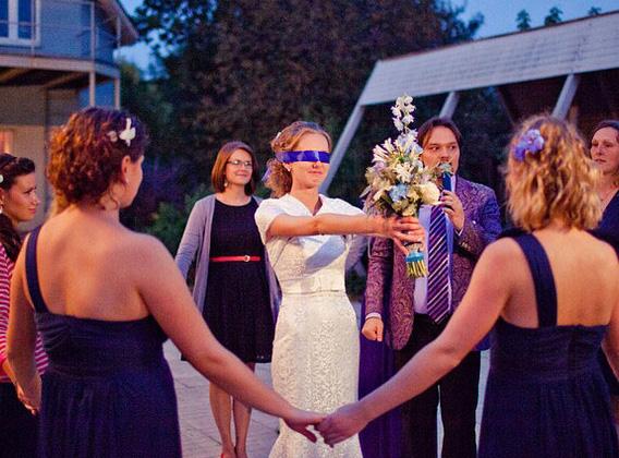 Foto04 Традиция -  бросать букет невесты