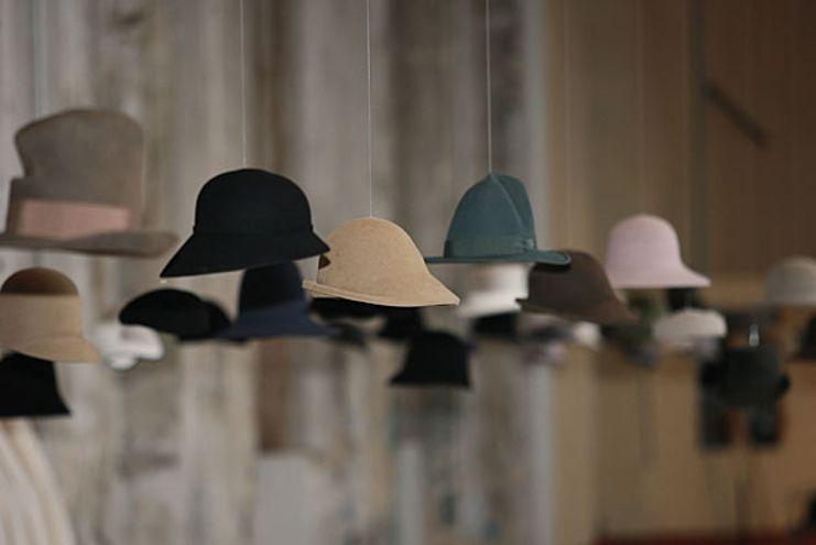 Kriss-Van-Assche-10 Оформляем свадьбу шляпами - необычная тематика для свадьбы