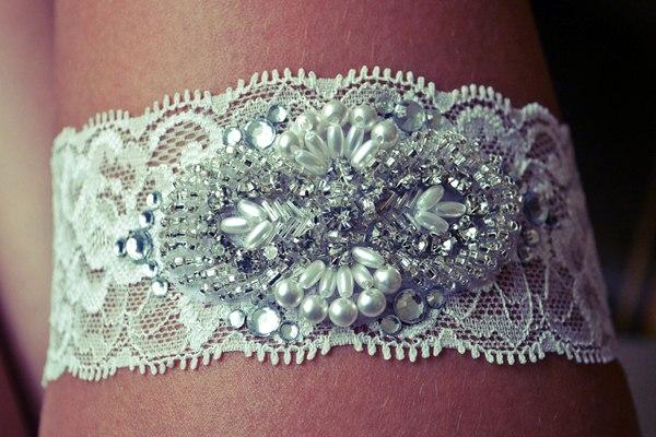 Мастер класс: подвязка для невесты, украшенная стразами