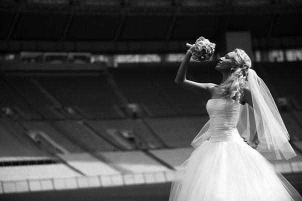 nevesta-poet-zhenihu-na-svadbe Как выбрать свадебное агентство