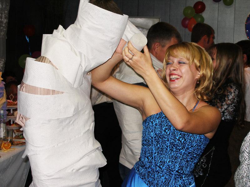 plate-iz-tualetnoj-bumagt Свадебный конкурс: «Платье для невесты»