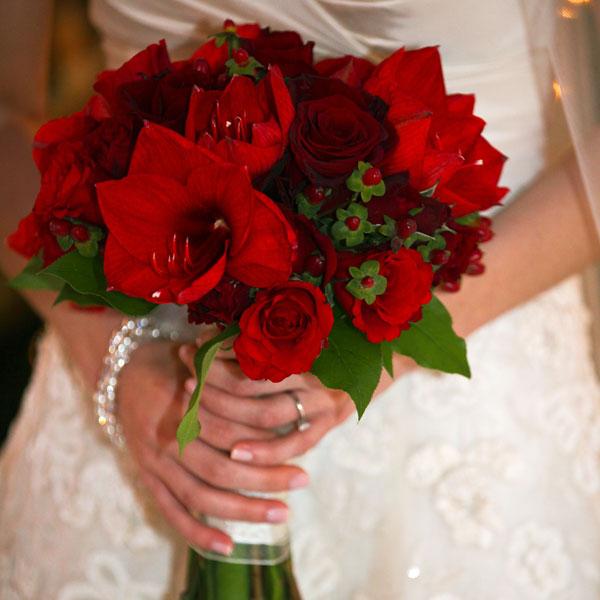 red-wedding-bouquets-jason-kaczorowski-photography Букет невесты в красных тонах, какой выбрать?