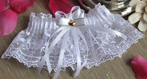 Как появилась свадебная подвязка?