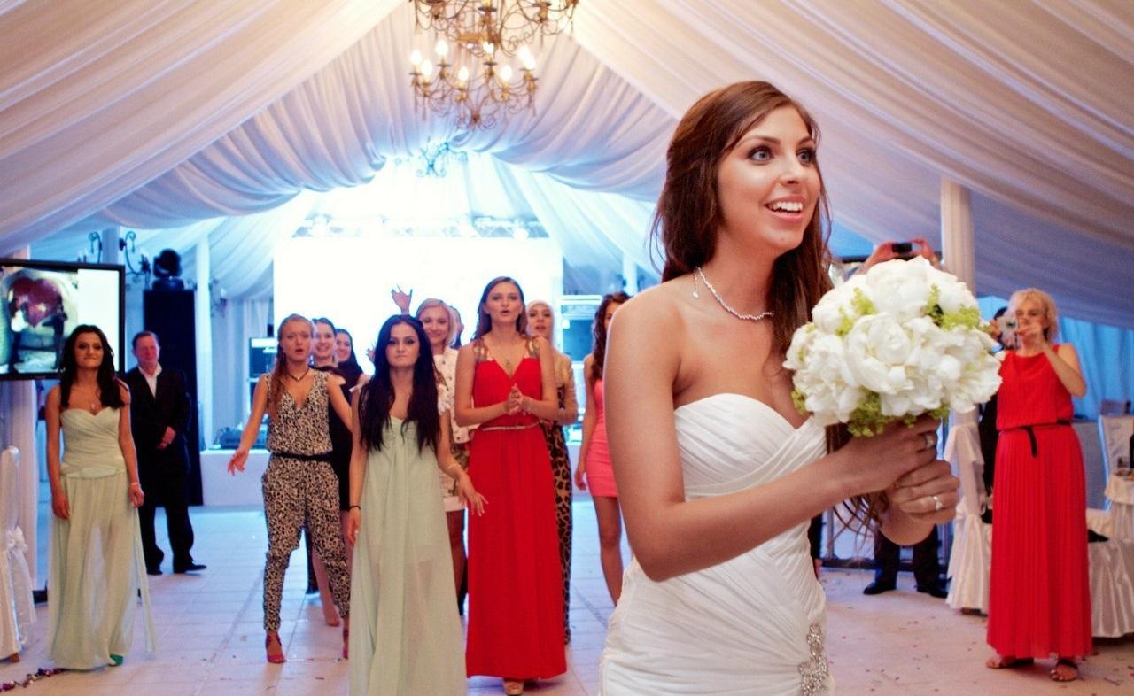 Традиция –  бросать букет невесты