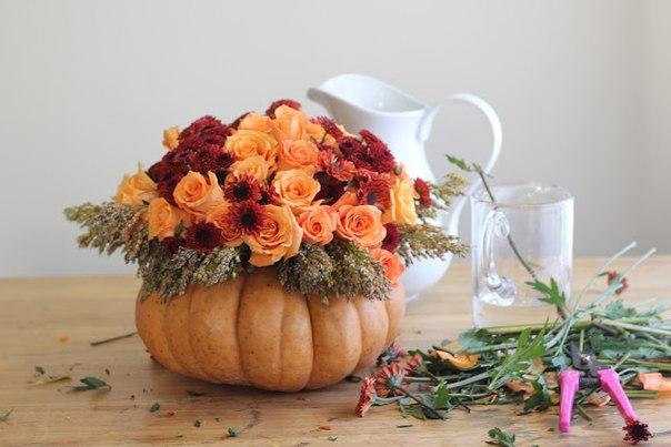 vaza-na-svadbu-iz-tykvy-1 Декор для осенней свадьбы: ваза с яркими цветами из тыквы