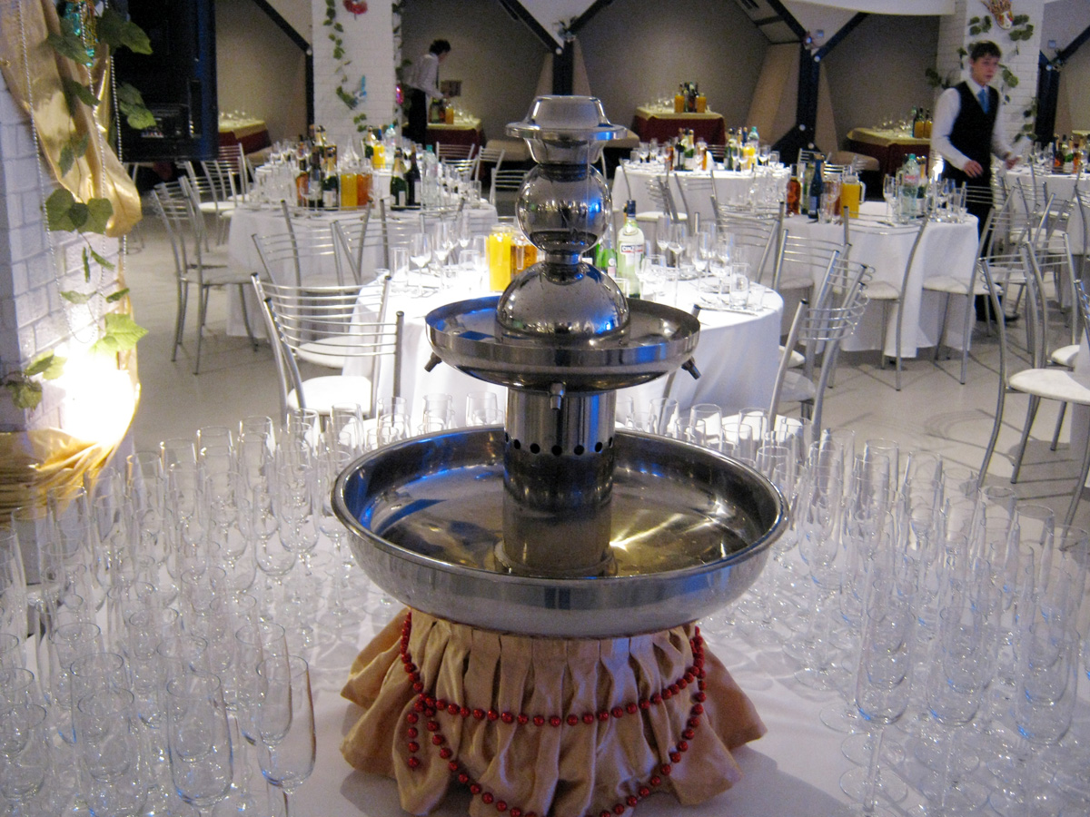 Фонтан из шампанского на свадебном торжестве