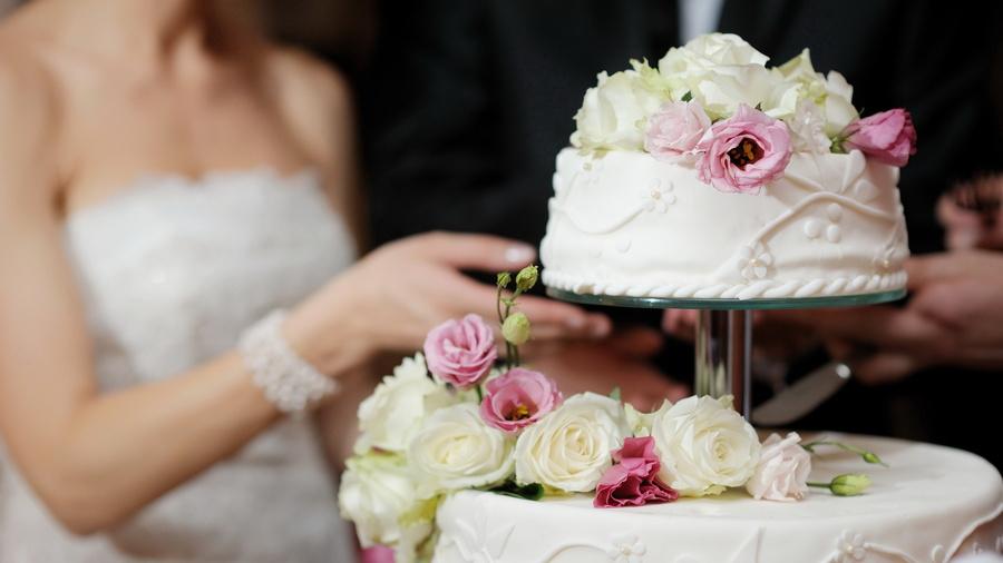 nevesta-rezhet-svadebnyj-tort Мастер класс: декоративные сердечки для свадебного торта