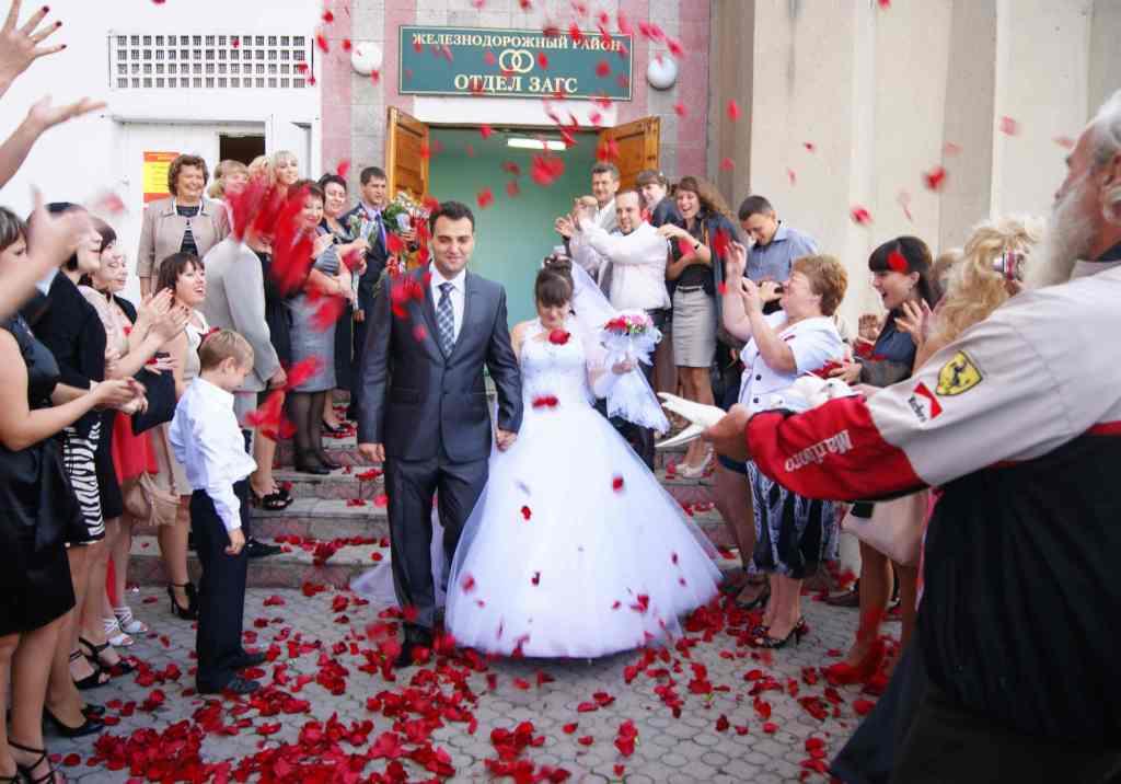 Лепестки роз, как их можно использовать на свадьбе?