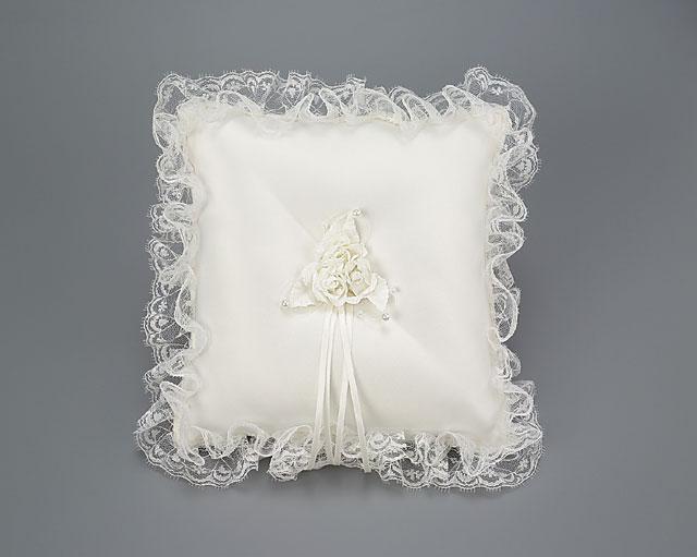 podushechka-dlya-kolets-klassicheskaya Свадебная подушечка для колец – яркий аксессуар на свадьбе
