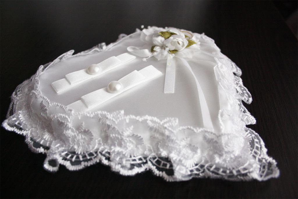 podushechka-dlya-kolets-v-forme-serdtsa-1024x682 Свадебная подушечка для колец – яркий аксессуар на свадьбе