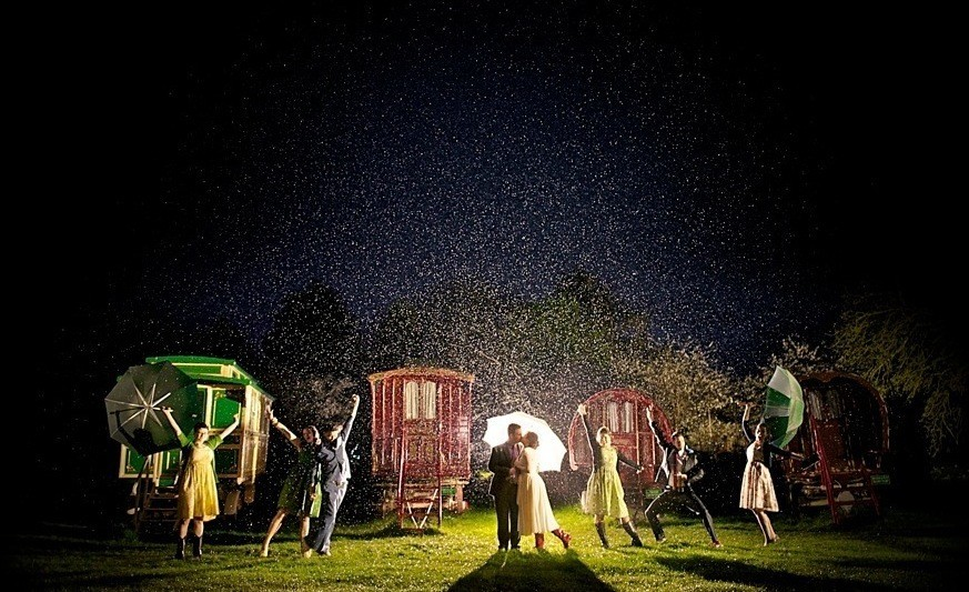 """Романтичная свадьба в стиле музыкального фильма """"Поющие под дождем"""""""