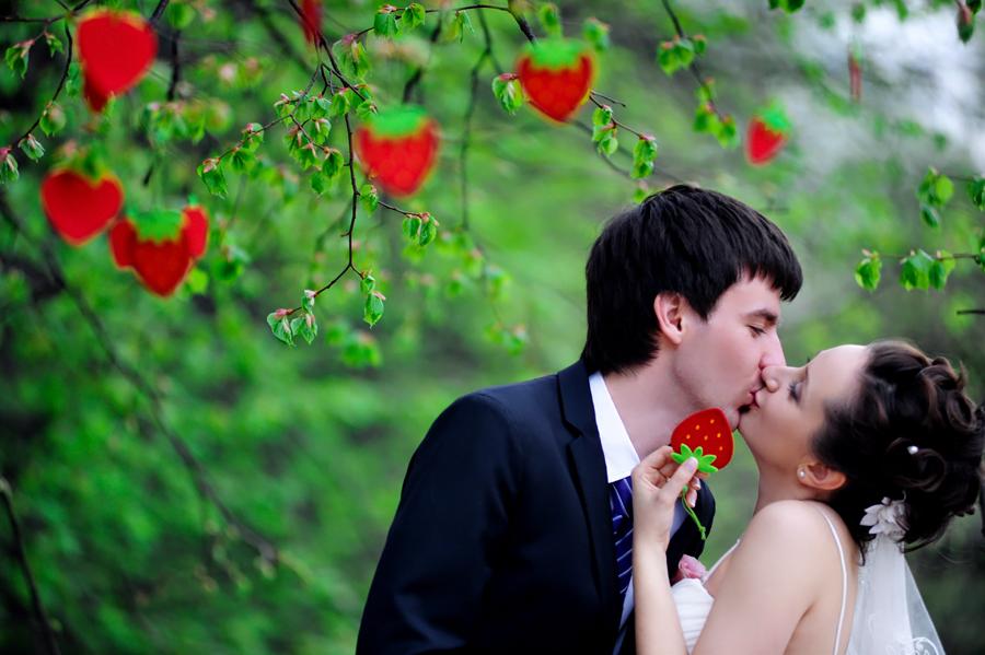145 Гармоничная и уютная клубничная свадьба