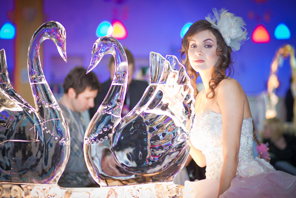 nevesta-i-skulptura-izo-lda Скульптура изо  льда удивительный декор для свадьбы