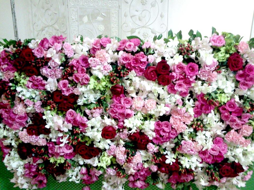 stena-iz-zhivyh-tsvetov-dlya-fotosesss Решение для фотозоны: цветочная фотостена на свадьбе