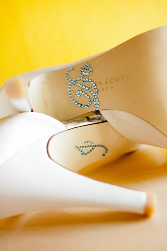 10-681x1024 Мастер-класс: свадебные туфельки невесты с надписями из страз