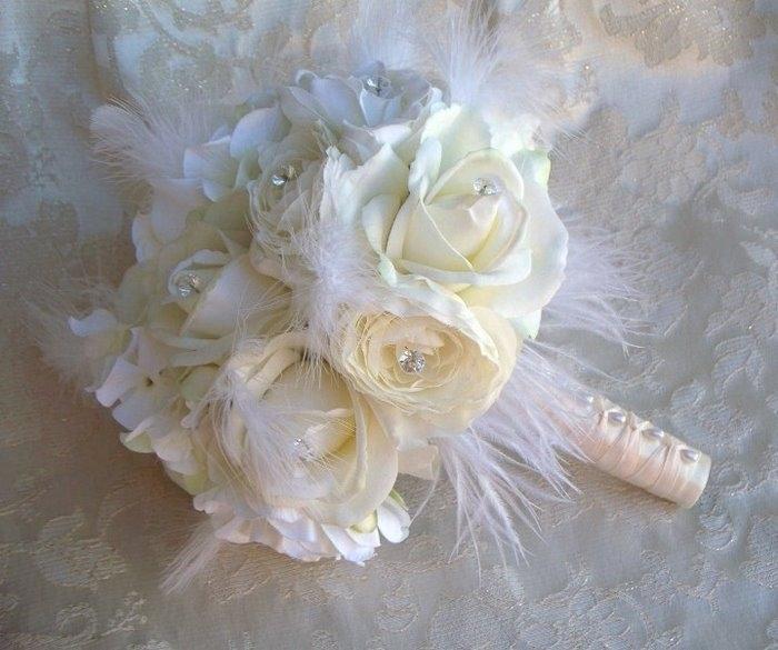 buket-ukrashennyj-businami Свадебные букеты, украшенные жемчужными бусинами