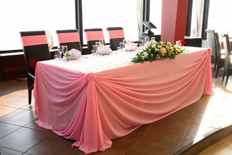 Как украсить стол для молодоженов?